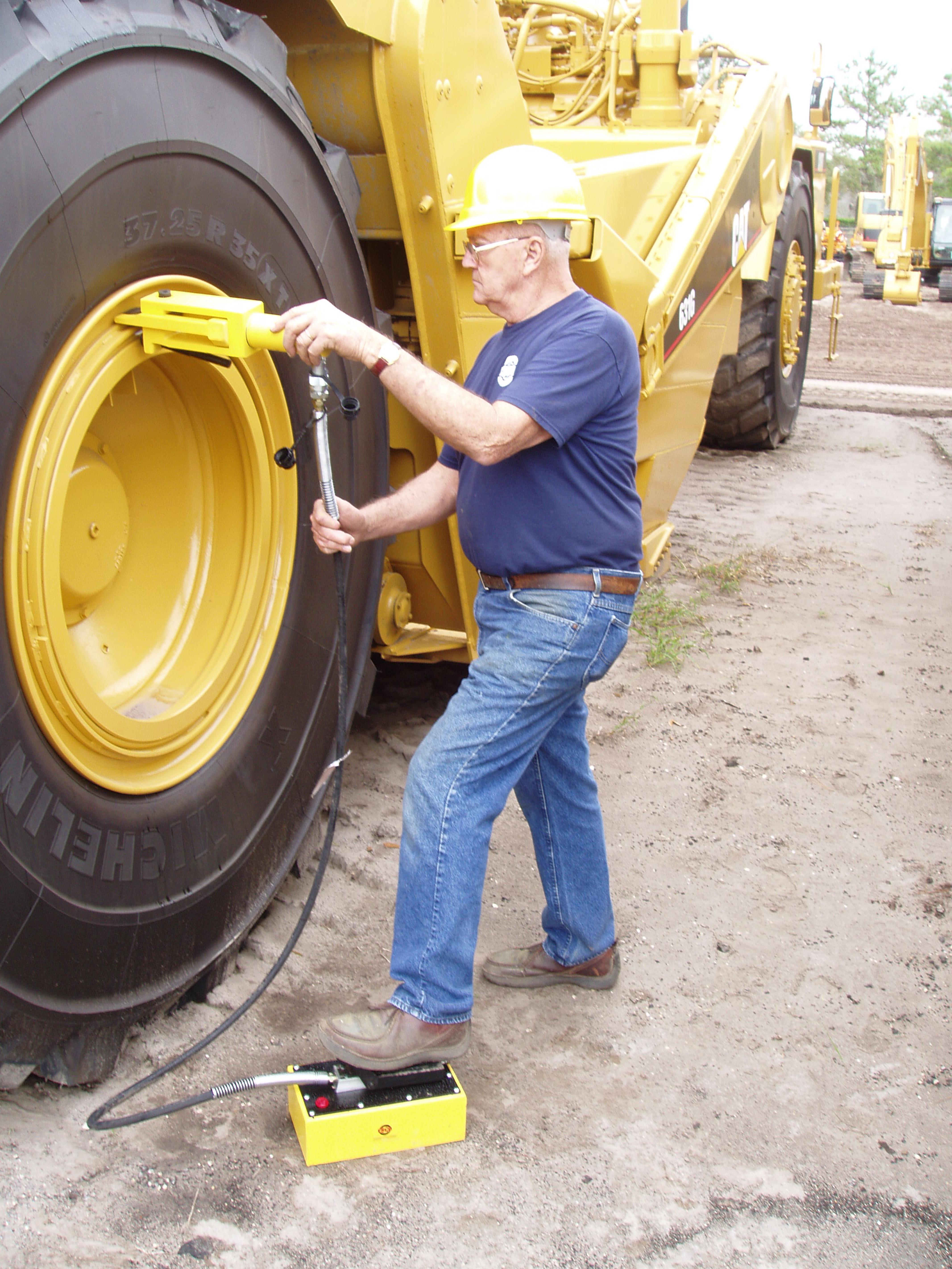 Giant Tire/Earthmover Bead Breaker – ESCO